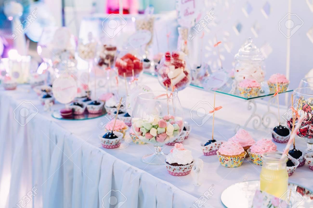 Dessert Suss Cupcakes In Candy Bar Auf Tabelle Kostliche Kuchen Und