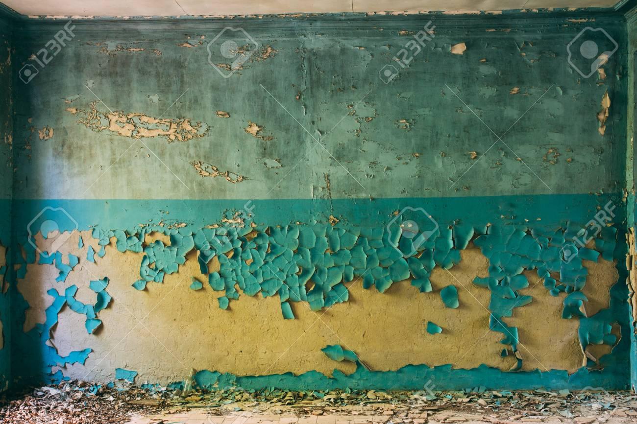 Standard Bild   Wand Mit Rissigen Und Peeling Oberfläche Von Blau Und Braun  Oder Gelb Paint.