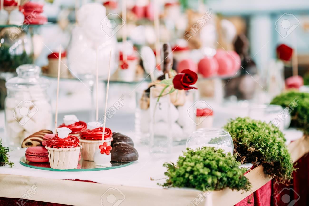 Dessert Suss Cupcakes Macarons Und Cookies In Candy Bar Auf Tabelle