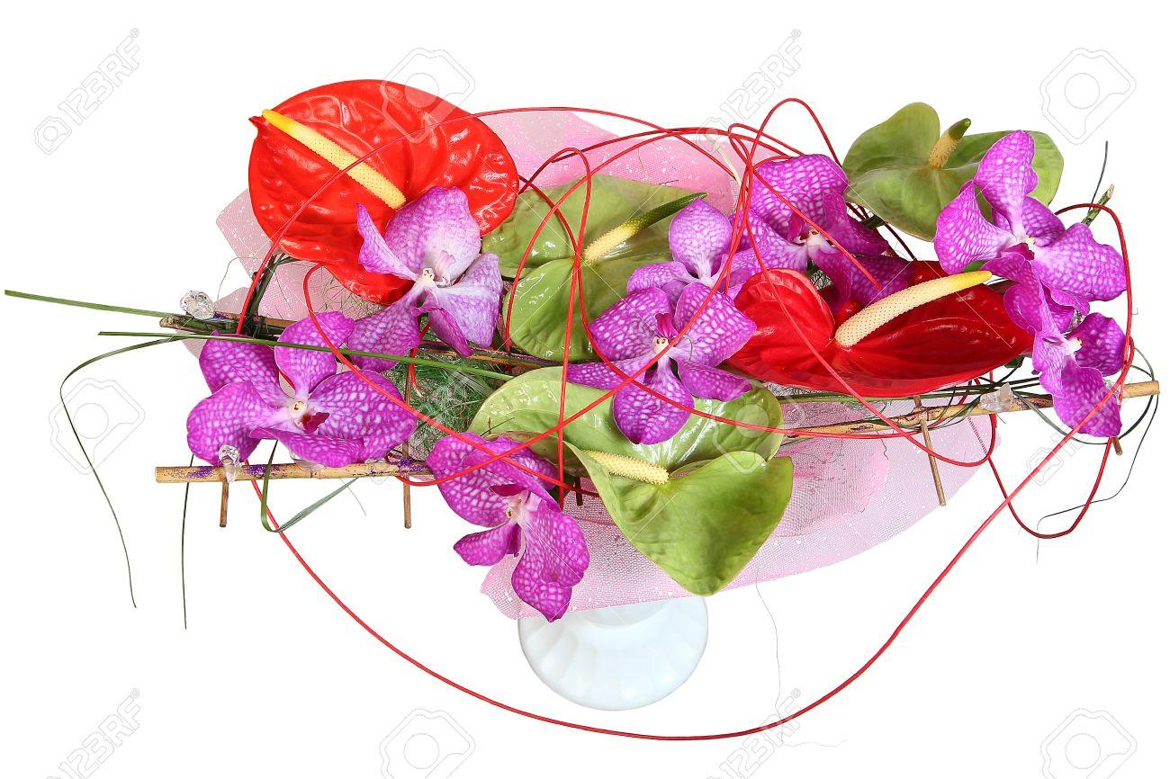 Anthurium Verde Y Rojo En Un Arreglo Floral Con Orquídeas Violetas Ramo De Flores En El Florero Plástico Composición Floral Imagen Aislada En El