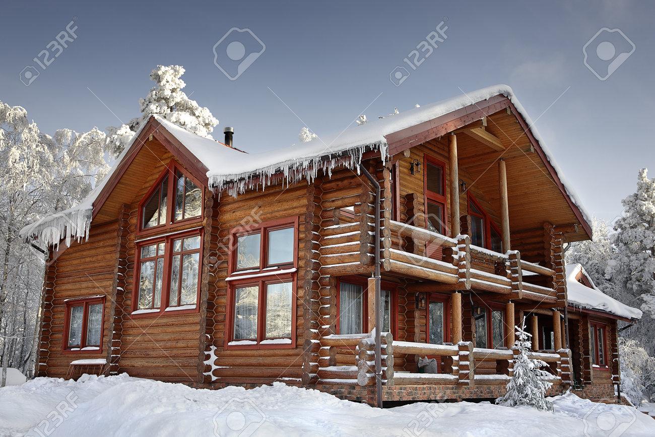 Cabaña De Madera Con Ventanas Grandes Balcón Y Terraza Diseño De La Casa Moderna Invierno Cubierto De Nieve Día Soleado