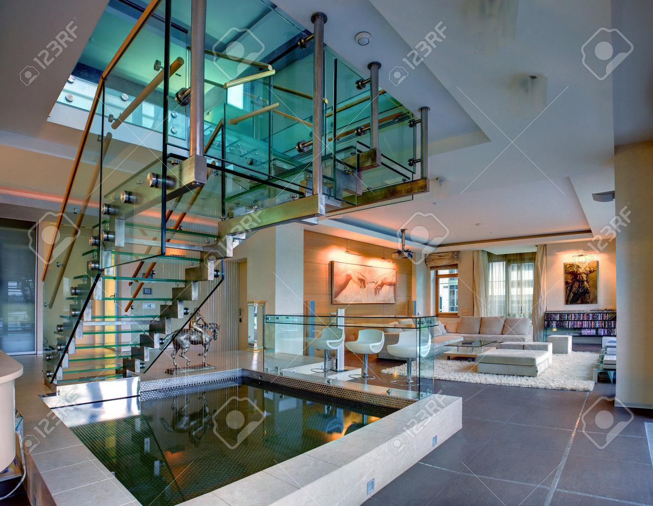 Vivre En Appartement Ou En Maison saint-pétersbourg, russie - le 16 décembre 2011: vivre dans une maison de  deux étages appartement de luxe, avec une piscine décorative et un escalier