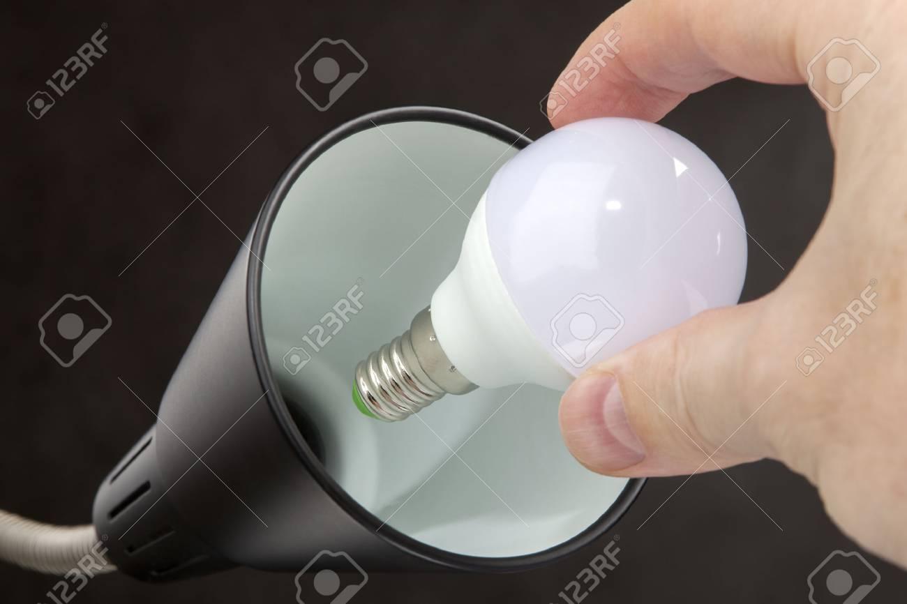 Hand Hält Eine LED Lampe Niedrigen Stromverbrauch, Der Ersatz Von  Glühbirnen In Einer Stehlampe