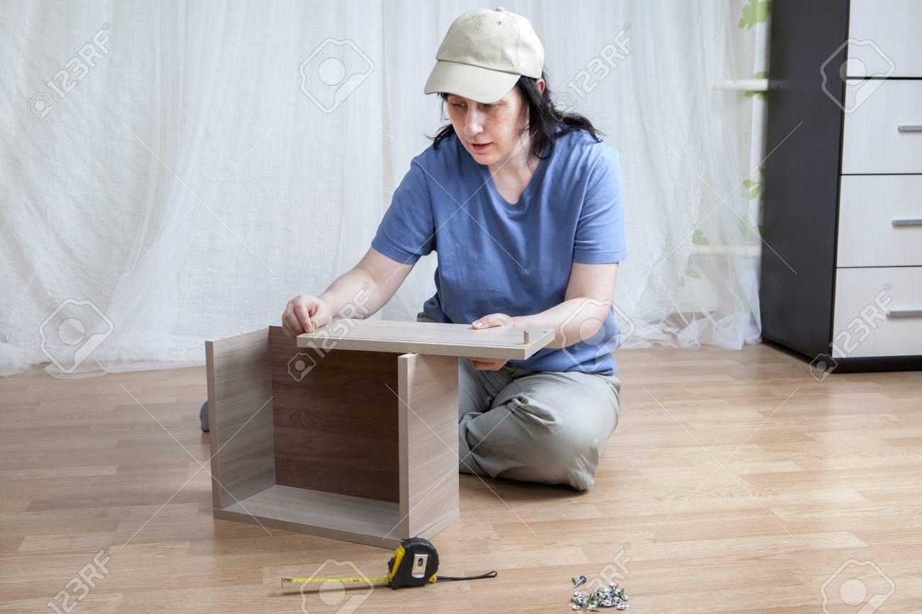 Eine Frau Kaukasischen Selbstmontage Neue Möbel Auf Dem Boden Sitzen