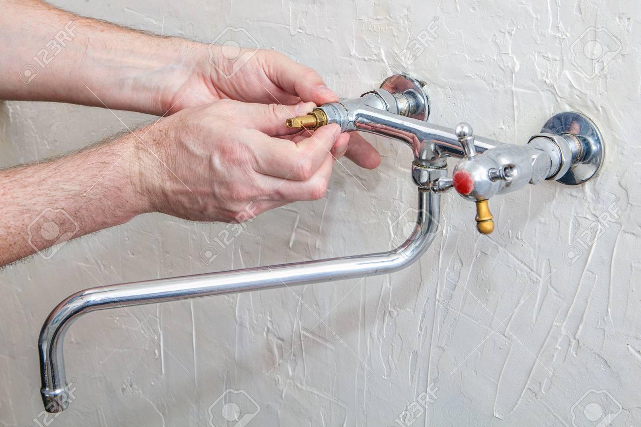Plombier De Fixation Robinet D Eau Avec De L Eau Qui Fuit