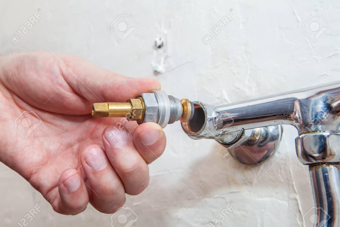 Close-up Der Hände Klempner Ist Ein Wasserhahn Ventil Wasserhahn ...