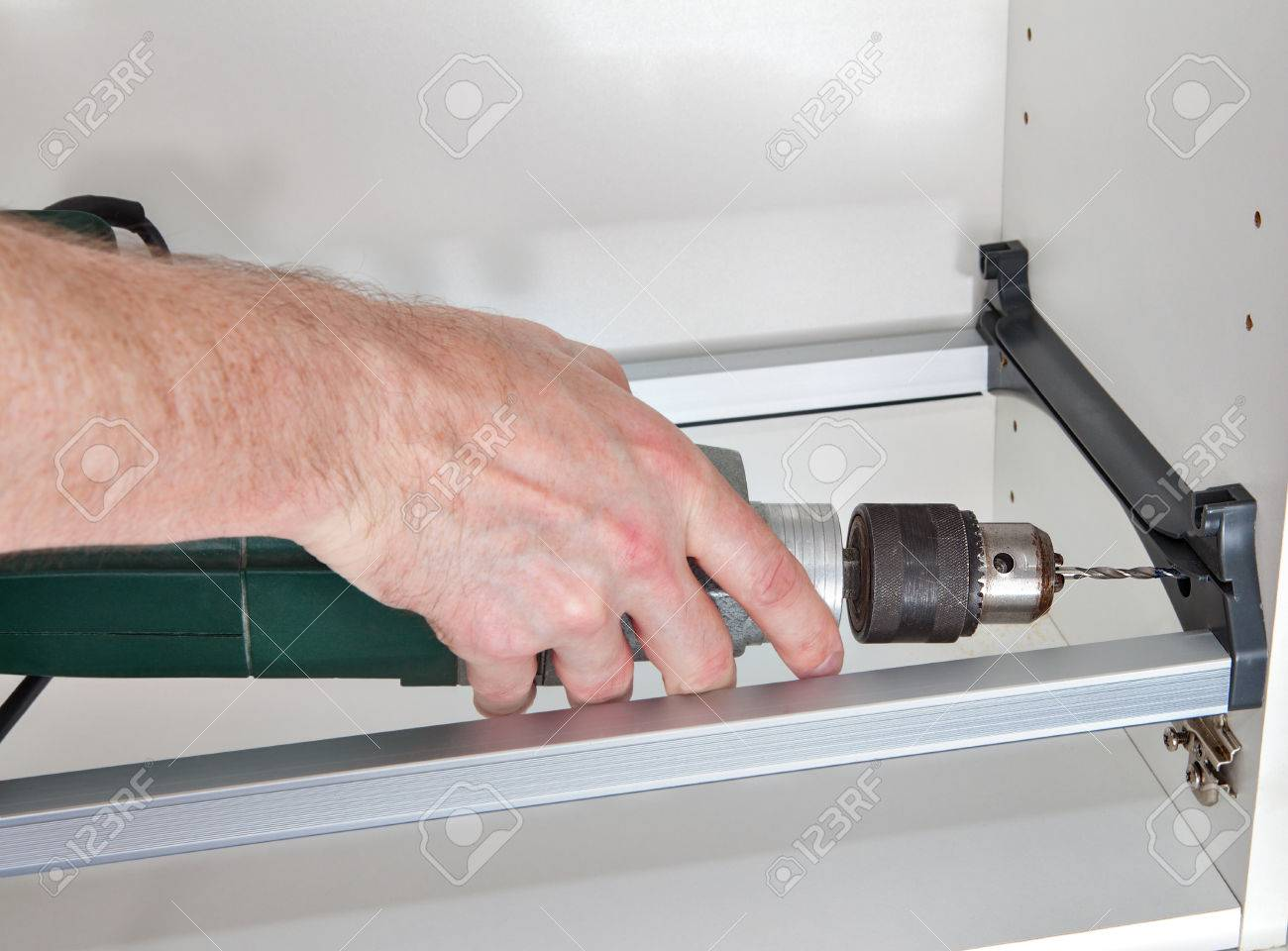 La instalación de muebles de cocina, construir un armario de pared para  secar platos, trabajador de la madera agujero se perfora utilizando un ...