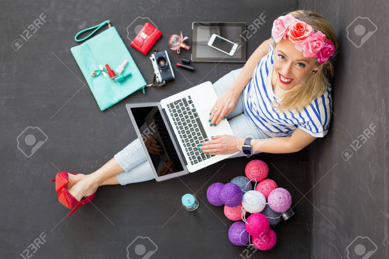 Fashion blogger with computer looking up - 60134978