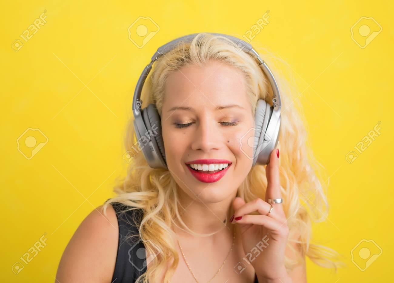 Femme Avec Un Casque Sans Fil Bénéficiant De La Musique Avec Les