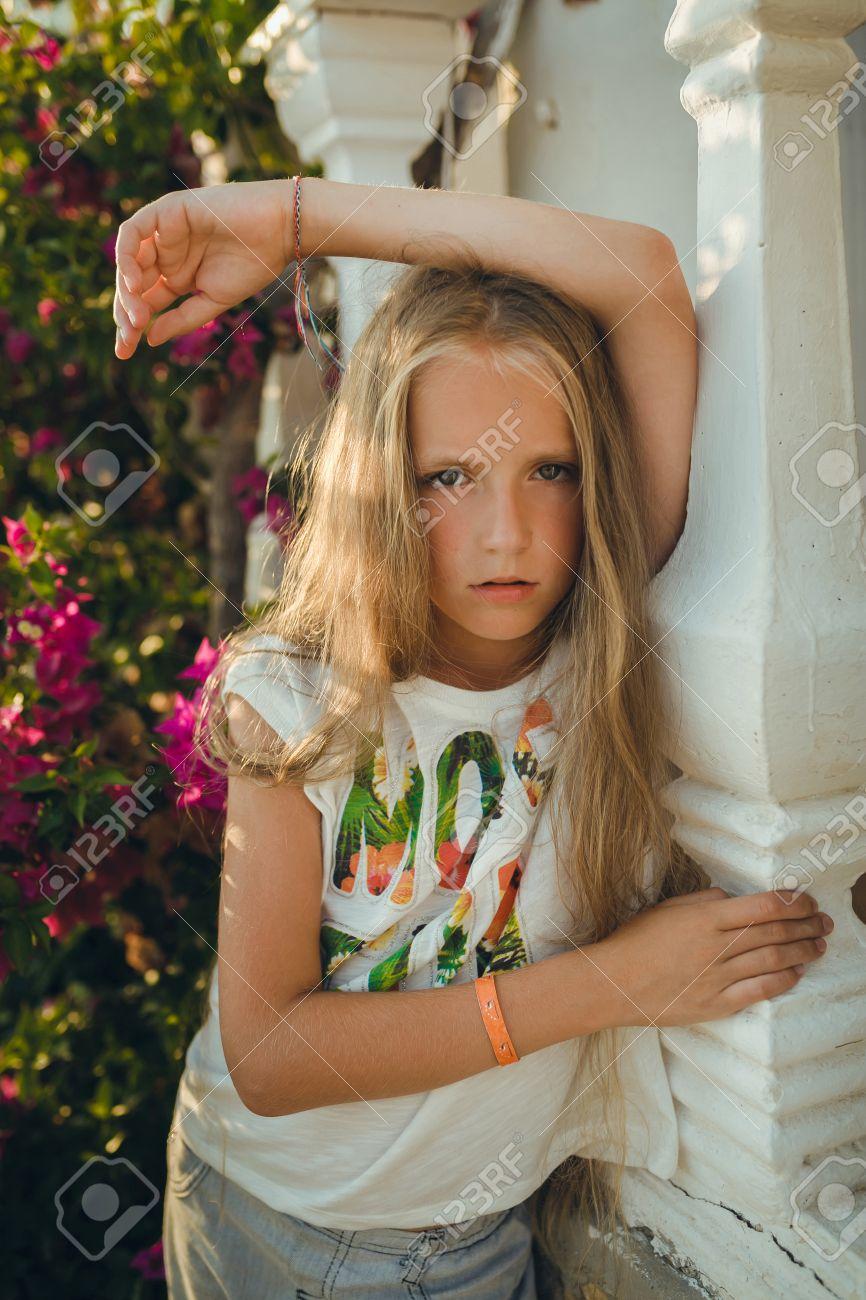 El Retrato Joven Sobre 9 12 Anos De Edad Con El Pelo Rubio Y Suelto