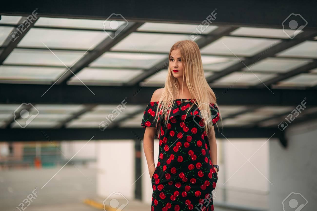 best cheap ee206 2f708 Belle ragazze in posa per il fotografo. Due sorelle in abito nero e rosso.  Sorriso, giornata di sole, estate.