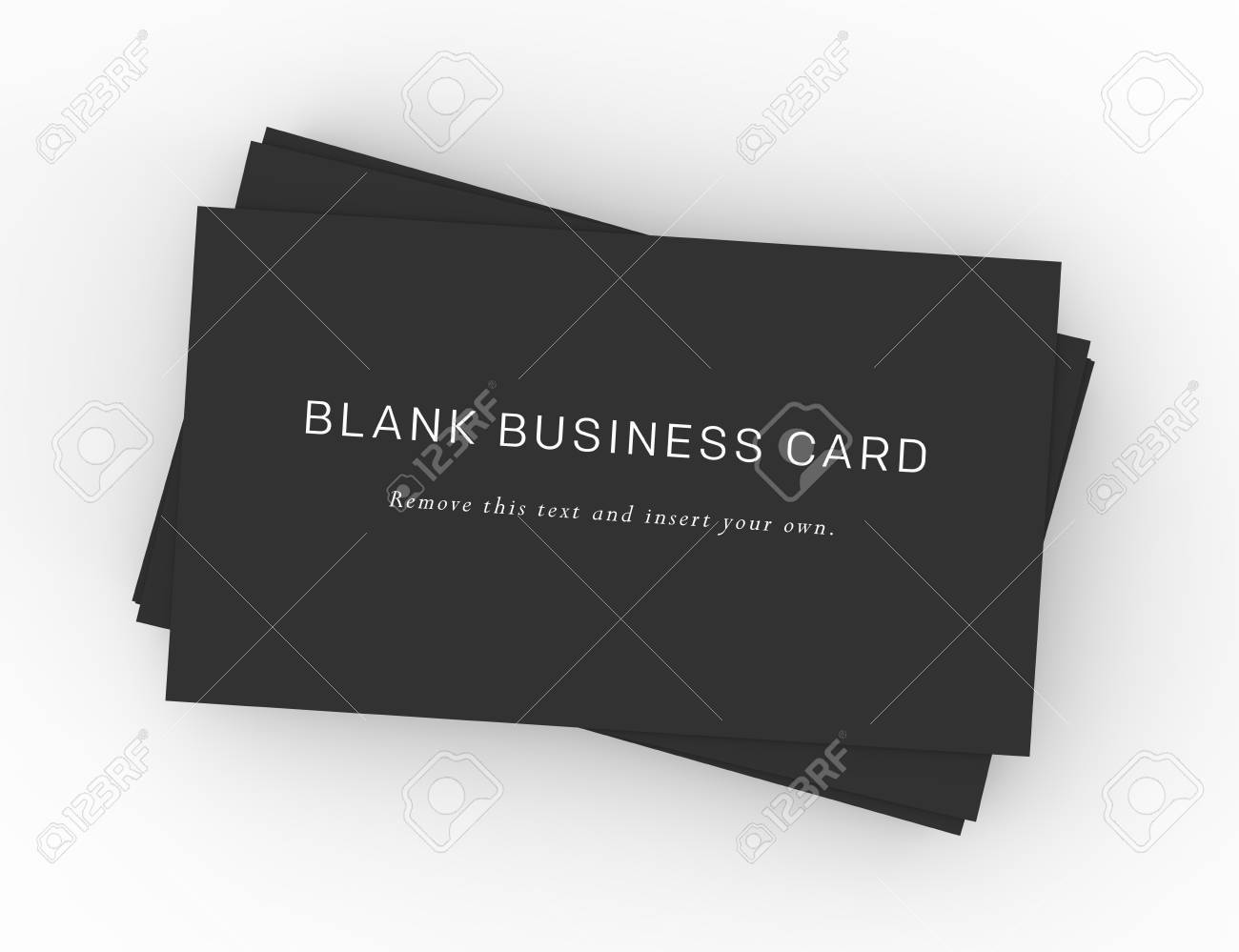 Une pile de cartes de visite noir sur un bureau en bois foncé