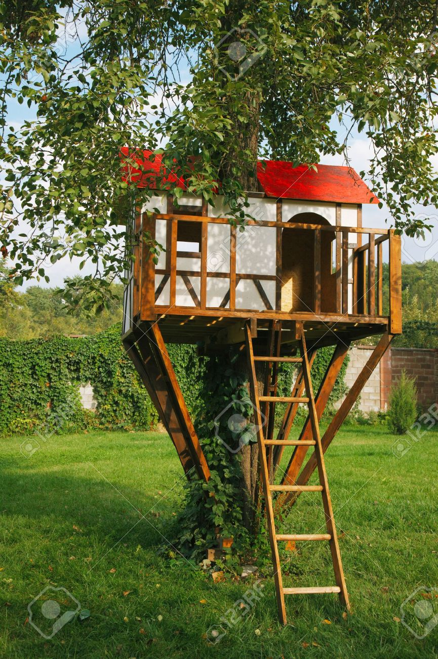 Nettes Kleines Baumhaus Fur Kinder Auf Hinterhof Deutsch Stil