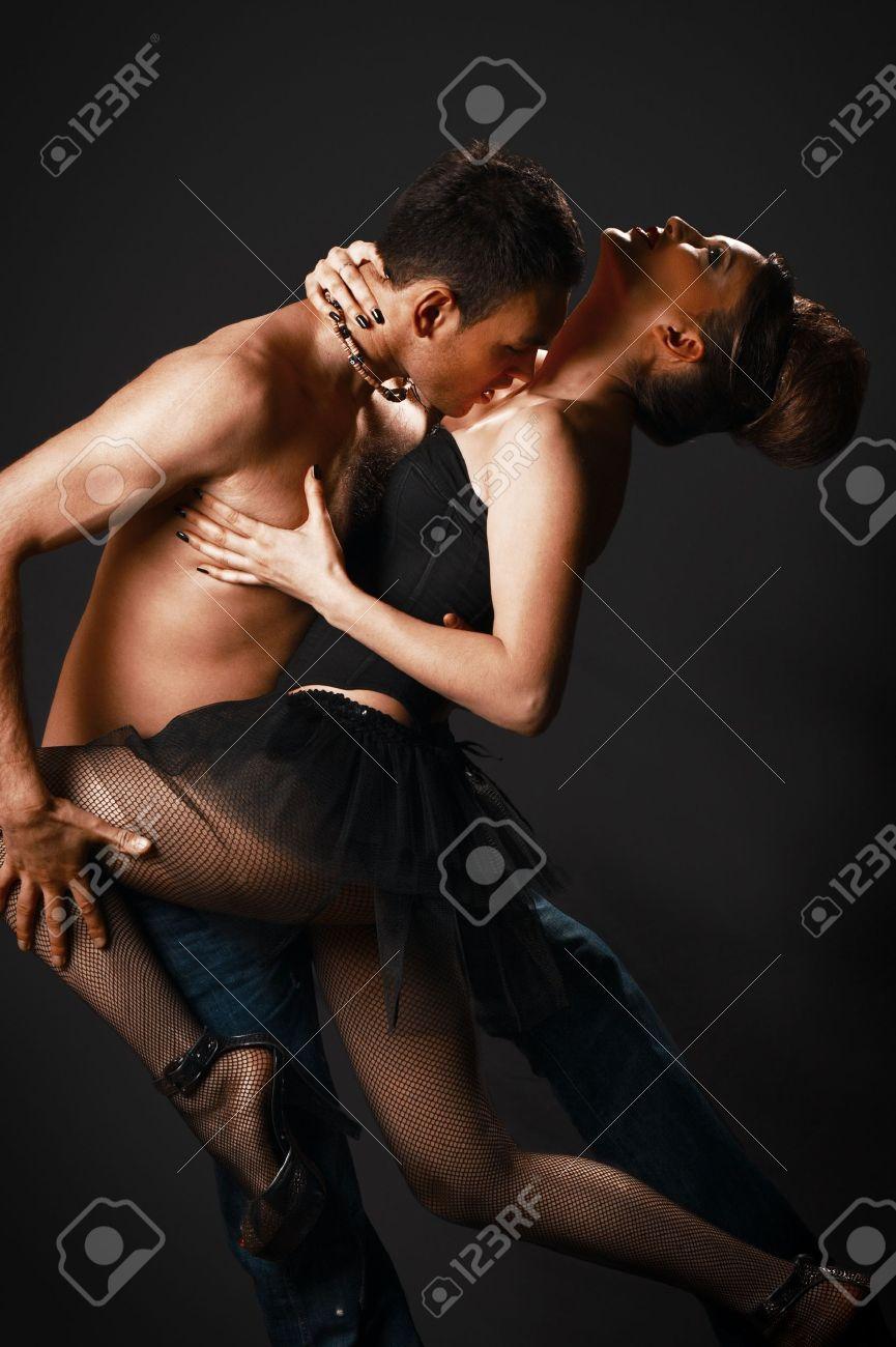 Девушки танцуют сексуально