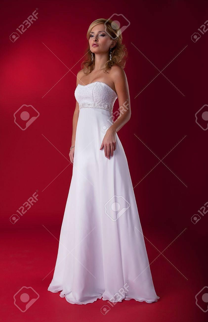 Девушки в свадебном платье блондинки