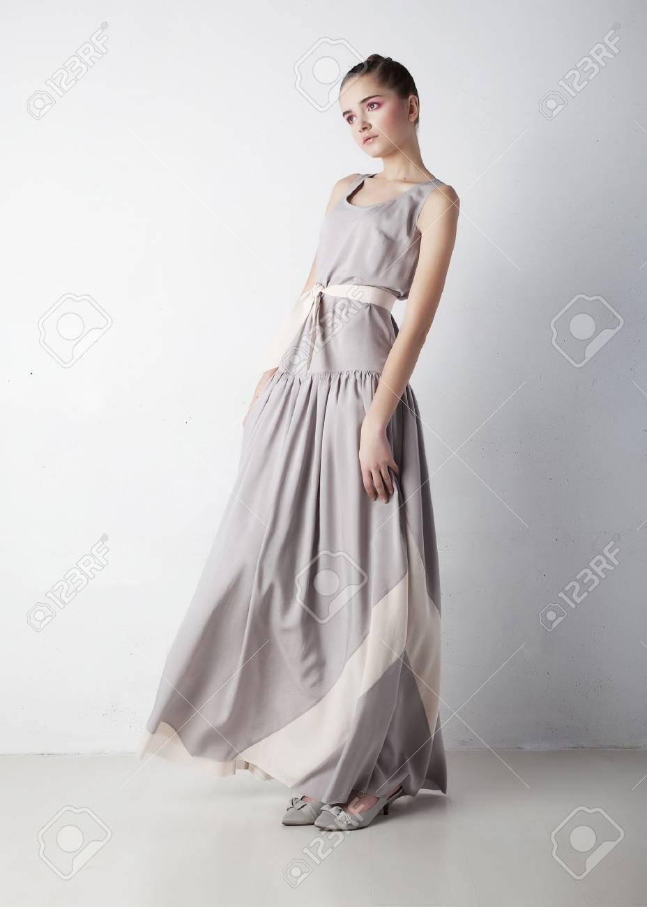 979c969af Foto de archivo - La belleza romántica mujer joven con un vestido blanco de  la moda