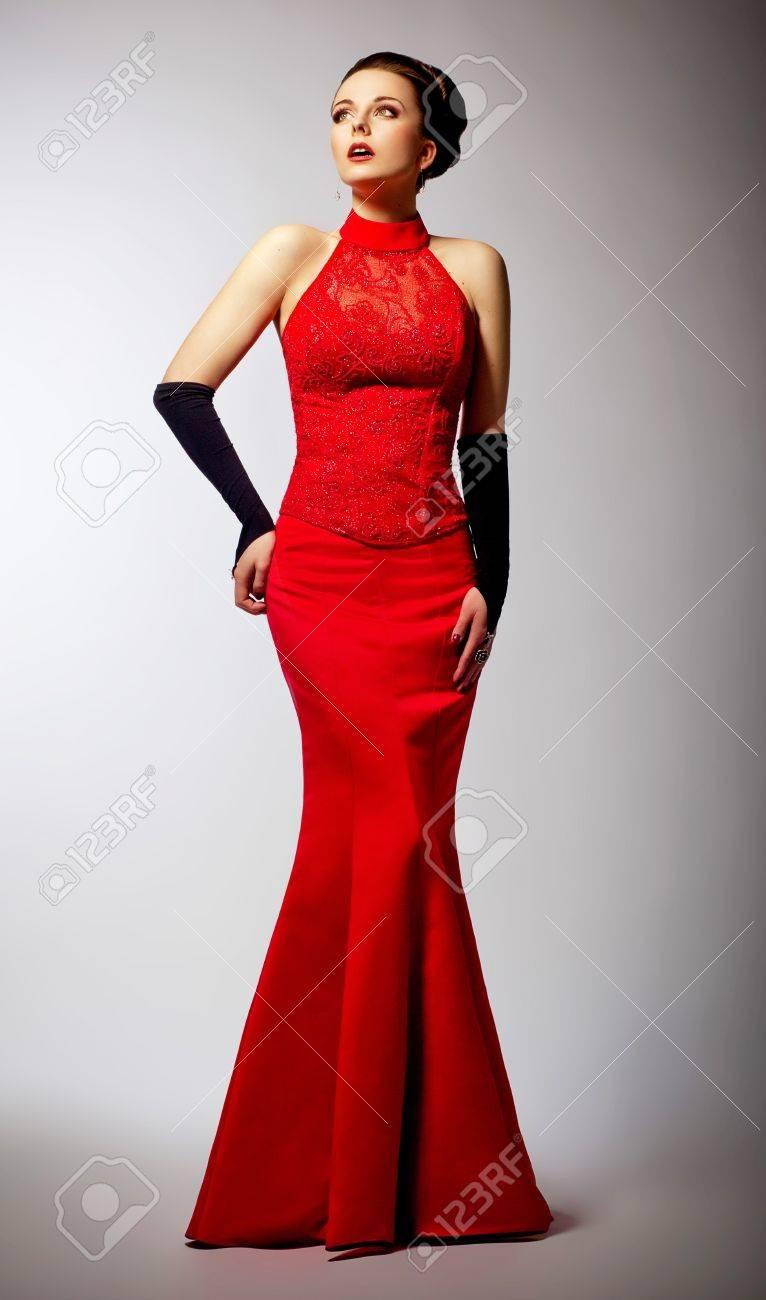 Schöne Braut im langen roten Kleid Hochzeit - Weiblichkeit und Eleganz  Standard-Bild - 16035247 52a25ad4a5