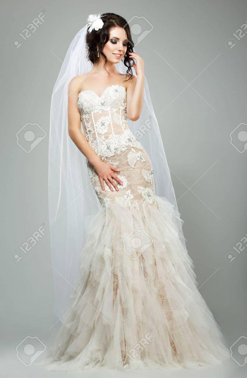 35ac5b6b432 Banque d images - Mariage romantique sensuelle mariée Mannequin Portant Robe  sans manches blanc de mariée