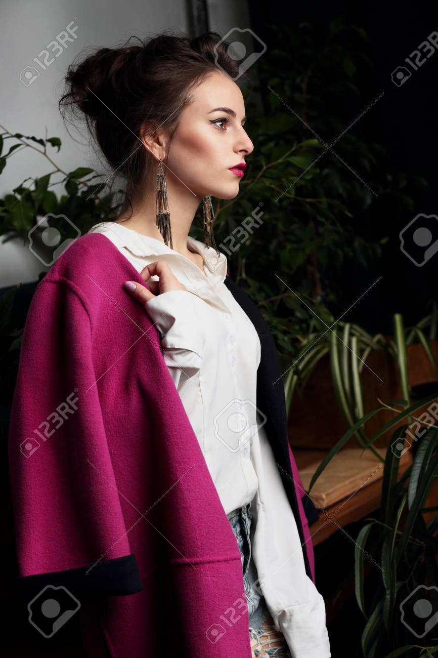 ded8d30cacb802 Frau. Junge schöne Mädchen Model in einem roten Mantel. Modestil.  Standard-Bild