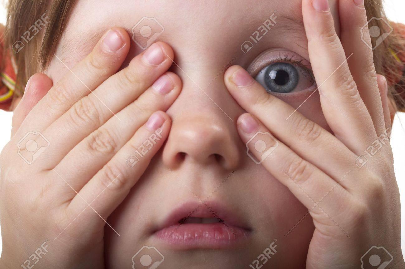 Малыш постоянно трет лицо руками