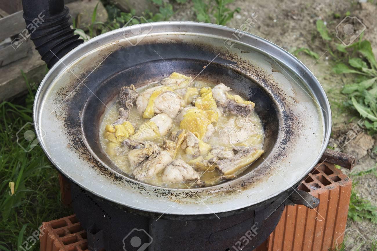 fleisch außen auf improvisierten grill kochen aus stein lizenzfreie