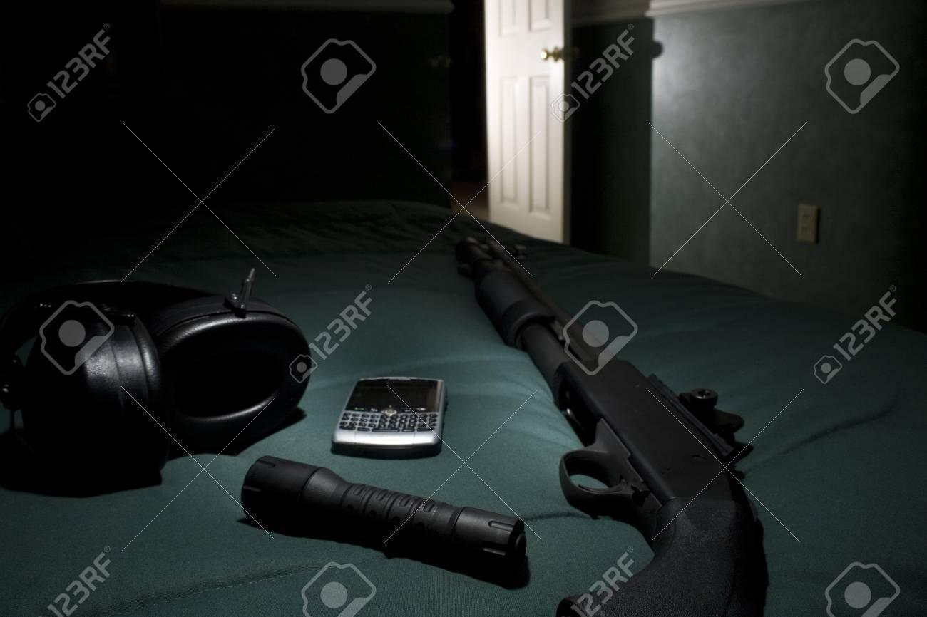 Shotgun, mobiele telefoon, zaklamp en gehoorbescherming te wachten ...