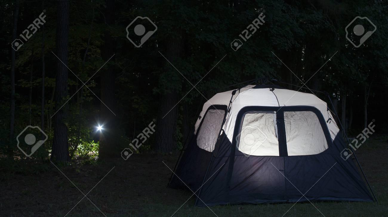 Sombre Poche Une Éclairée Vers De D'une Provenant Tente Lampe Forêt dxoBWrCe