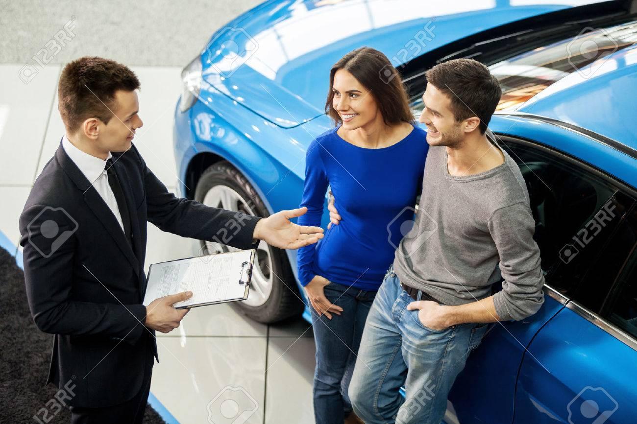 Het Kopen Van Hun Eerste Auto Samen Hoge Hoek Mening Van Jonge