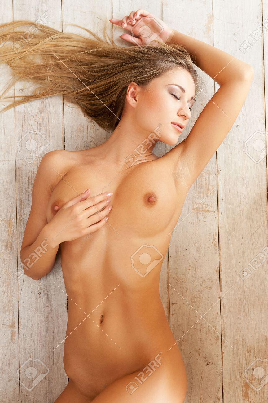 jeune femme nue noir lesbienne chatte tribbing
