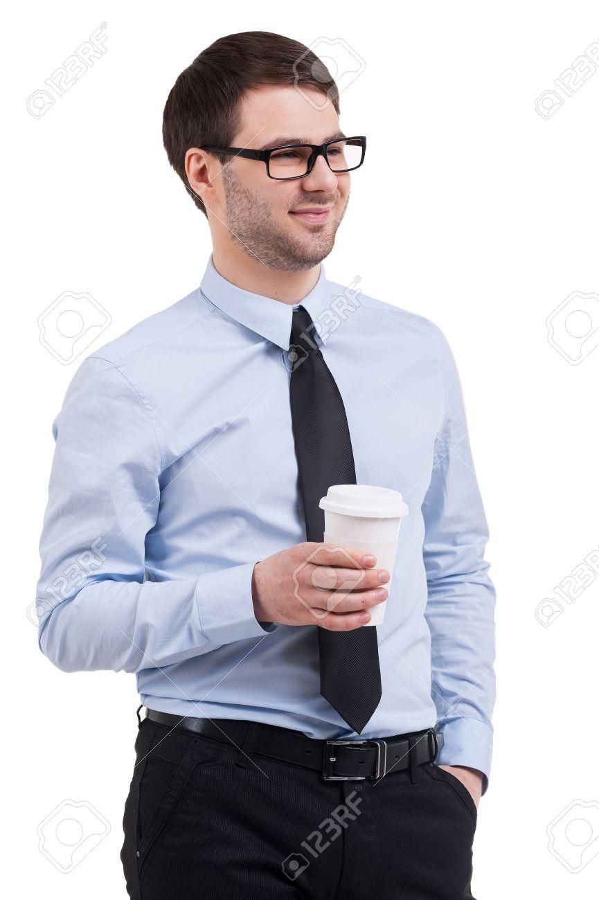 Garanzia di soddisfazione al 100% vasto assortimento super qualità Pausa caffè. Fiducioso giovane uomo in camicia e cravatta in possesso di  una tazza di caffè e guardando lontano, mentre in piedi isolato su bianco