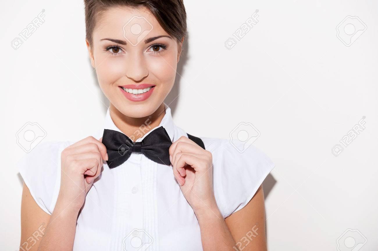 Bien connu Confiant Et élégant. Belle Jeune Femme Cheveux Courts En Chemise  ZK43