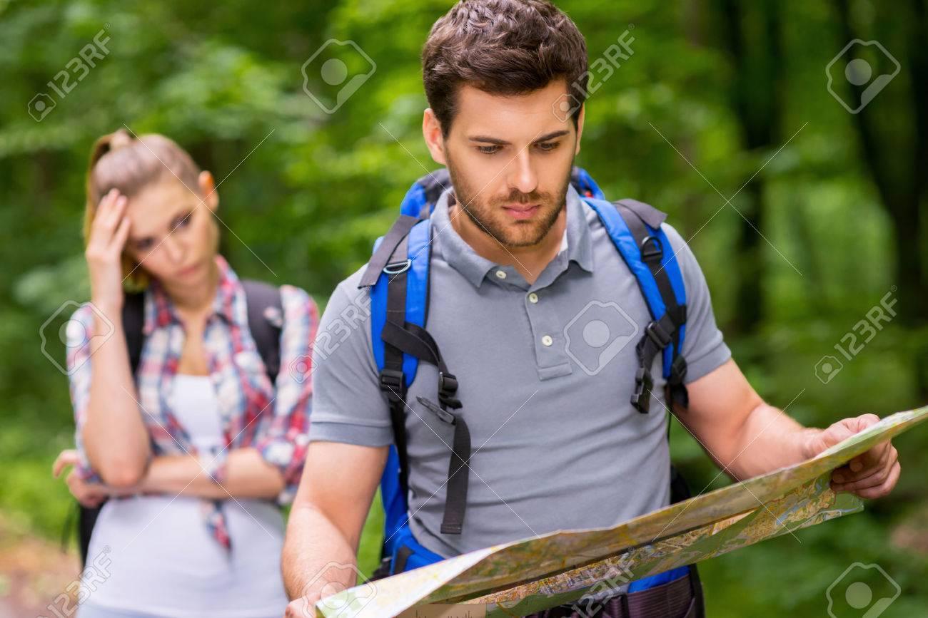 Perdu Dans La Forêt. Réfléchi Jeune Homme Avec Sac à Dos Examinant ...