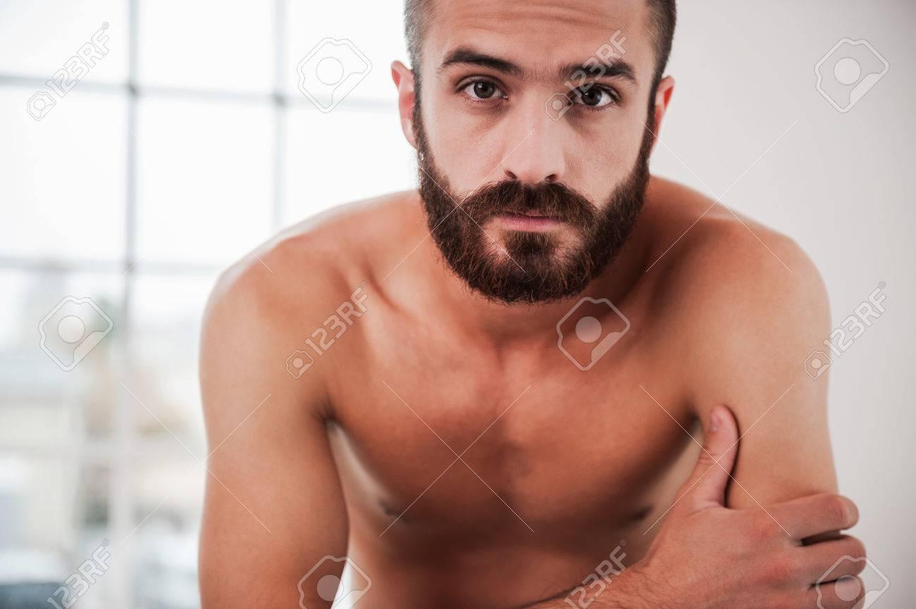 Homme Barbu Nu barbu beau. confiant jeune homme barbu et torse nu regardant la