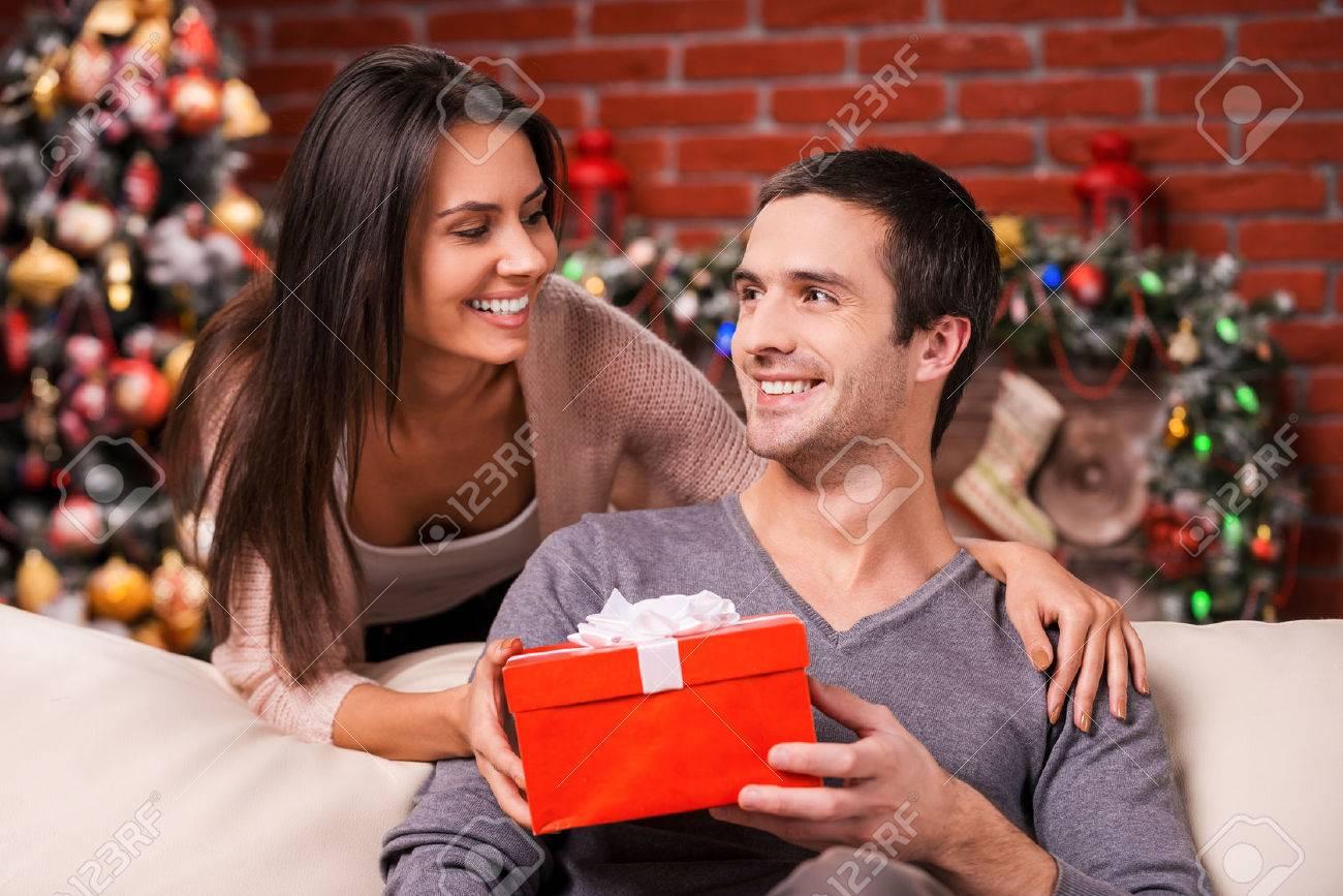 Weihnachten Ist Die Zeit Zu Geben. Schöne Junge Frau, Die Einen ...
