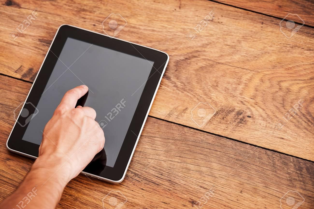 Gros plan de homme toucher tablette numérique poser sur
