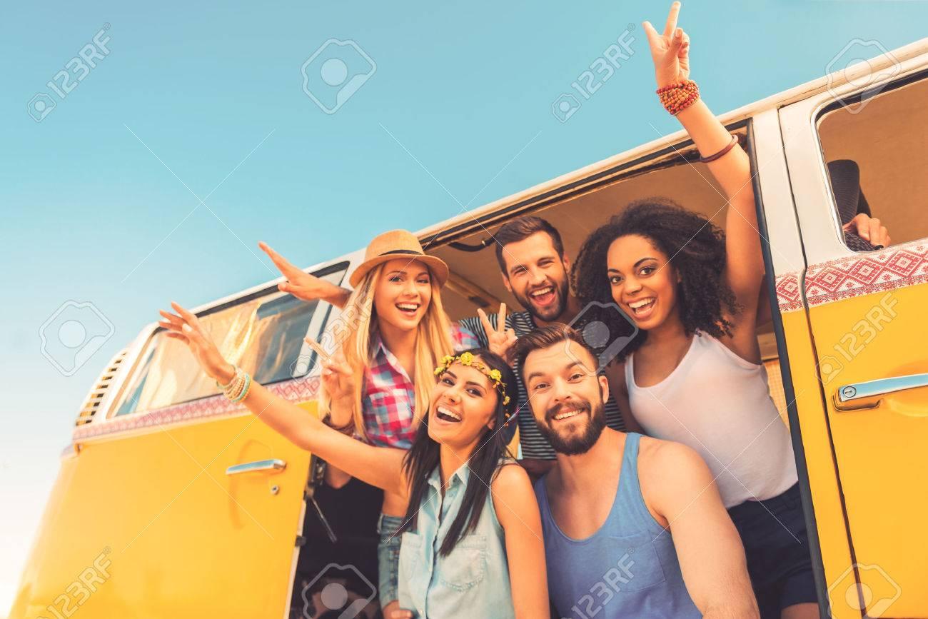 Jung Wild Und Frei Untersicht Der Gruppe Der Jungen Glucklichen Leute Die Spas Zusammen
