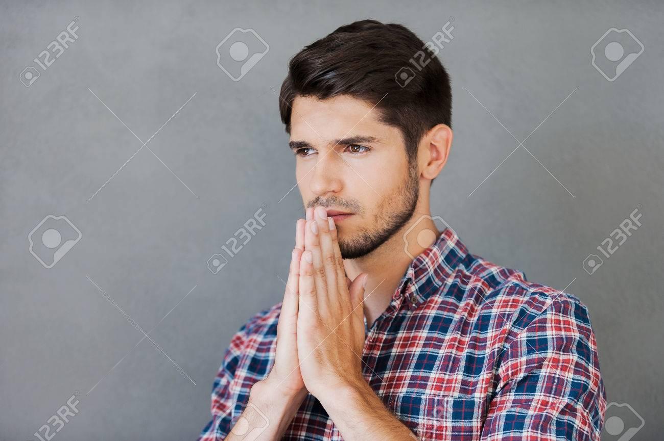 Betteln Für Gut Durchdachter Junger Mann Mit Gefalteten Händen In
