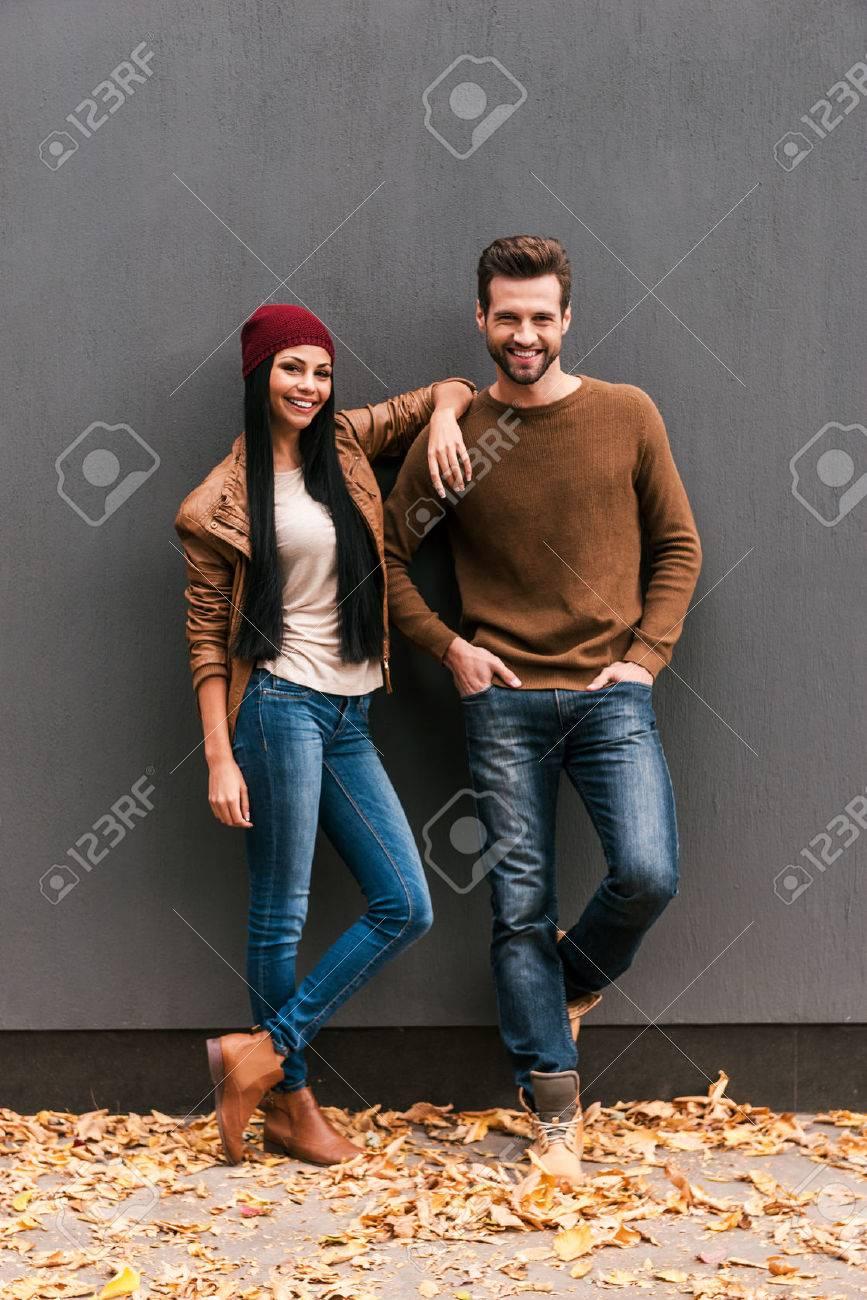 Jung Und Frei Schone Junge Paare Die Bindung An Einander Und Lachelnd Wahrend Er