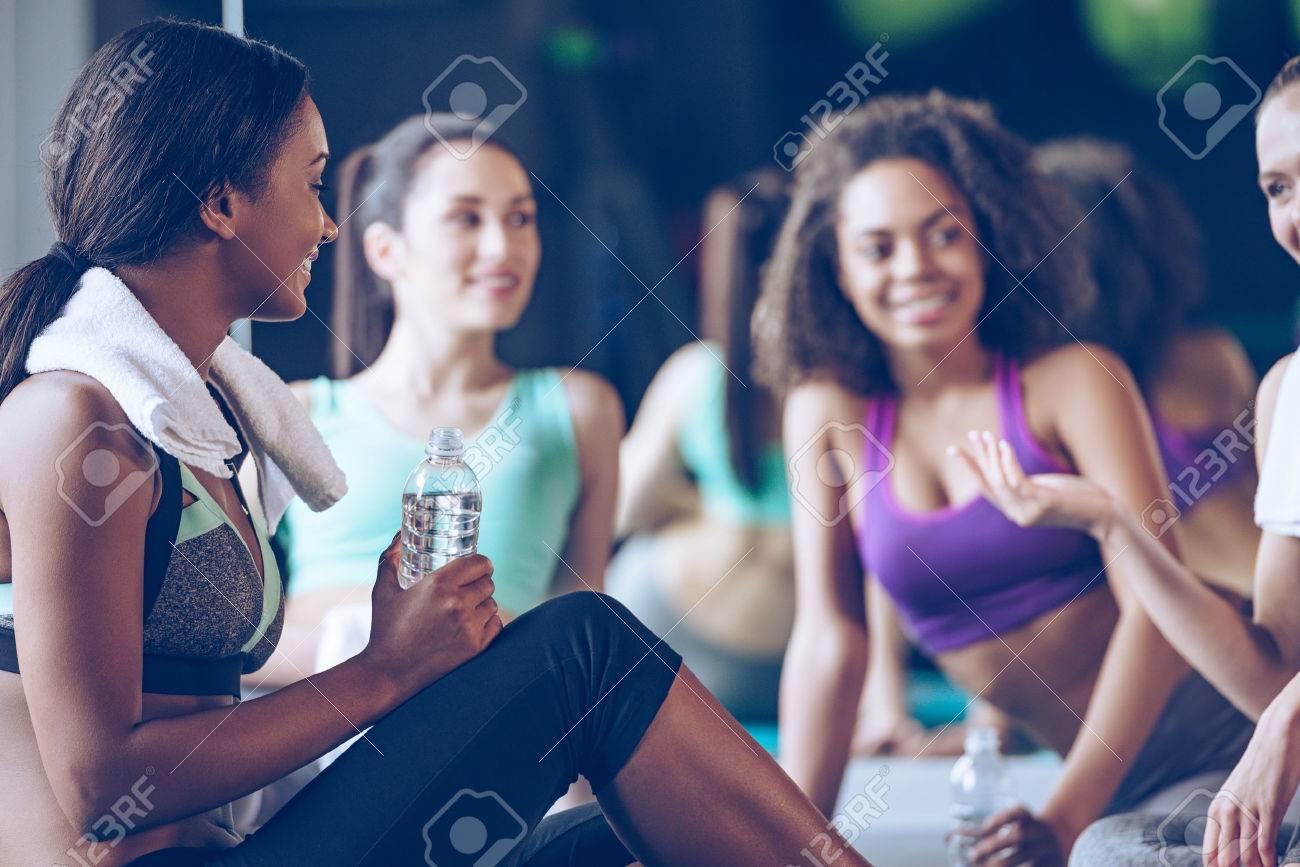 Banque d images - Petite discussion après l entraînement. Belles jeunes  femmes en vêtements de sport discuter de quelque chose avec le sourire  alors qu il ... 52c6889f2f3