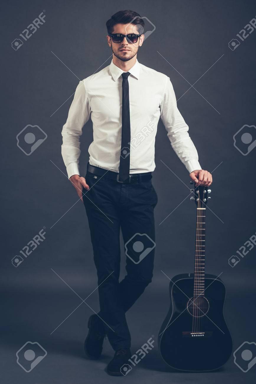 Sólo Yo Y Mi Guitarra Longitud Total De Hombre Joven Bien Vestido Y