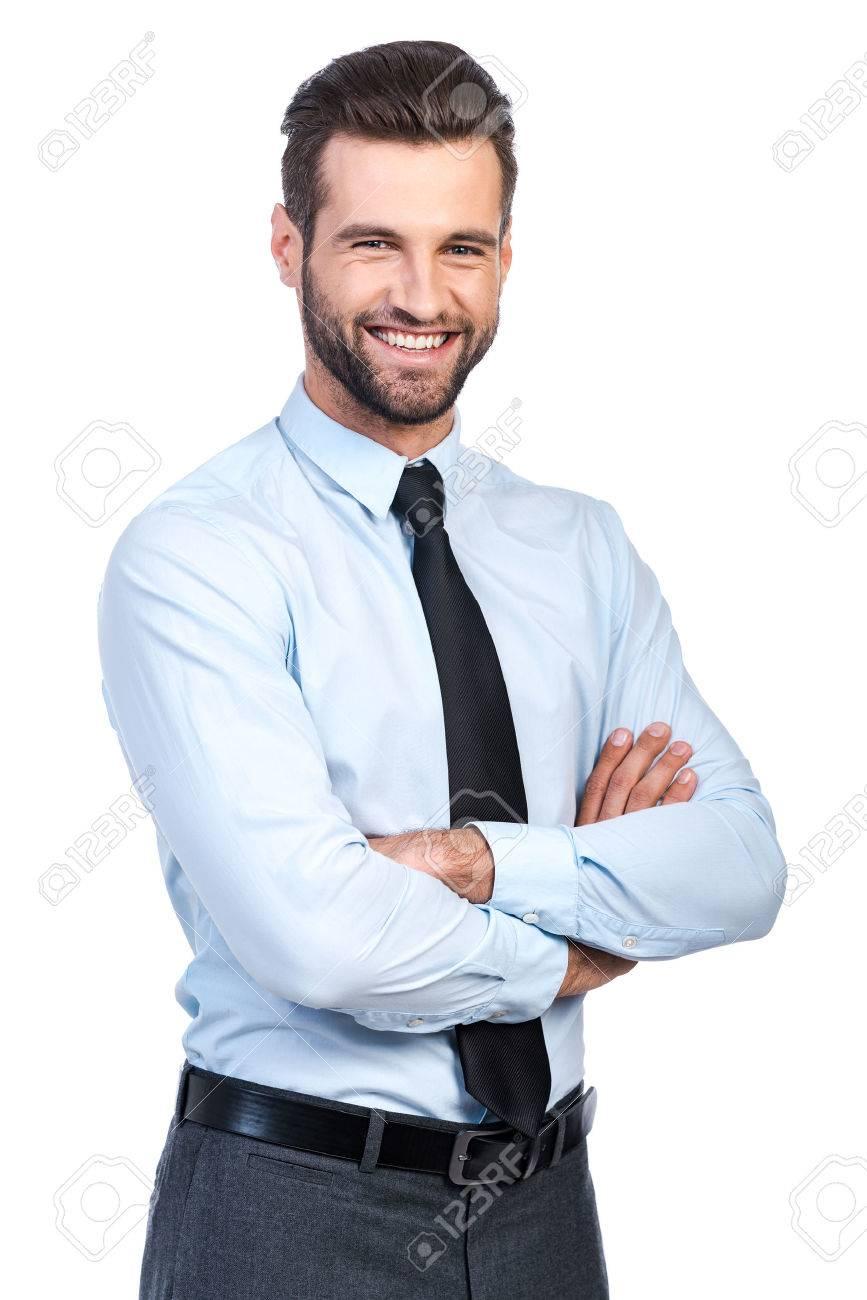 tout neuf fb6ae 2f534 Confiants beau jeune homme en chemise et cravate en gardant les bras  croisés et sourire tout en se tenant sur le fond blanc