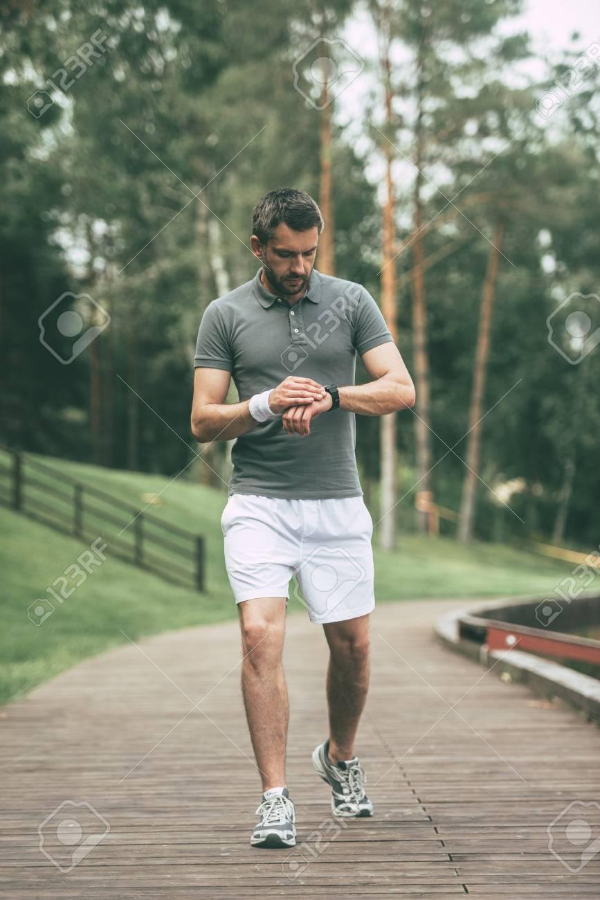 Vêtements Regardant Le RésultatToute La L'homme Dans Sa Montre Tout Marchant Longueur Bon Bracelet De Nouveau Sport En Confiant Les 9IWEDH2