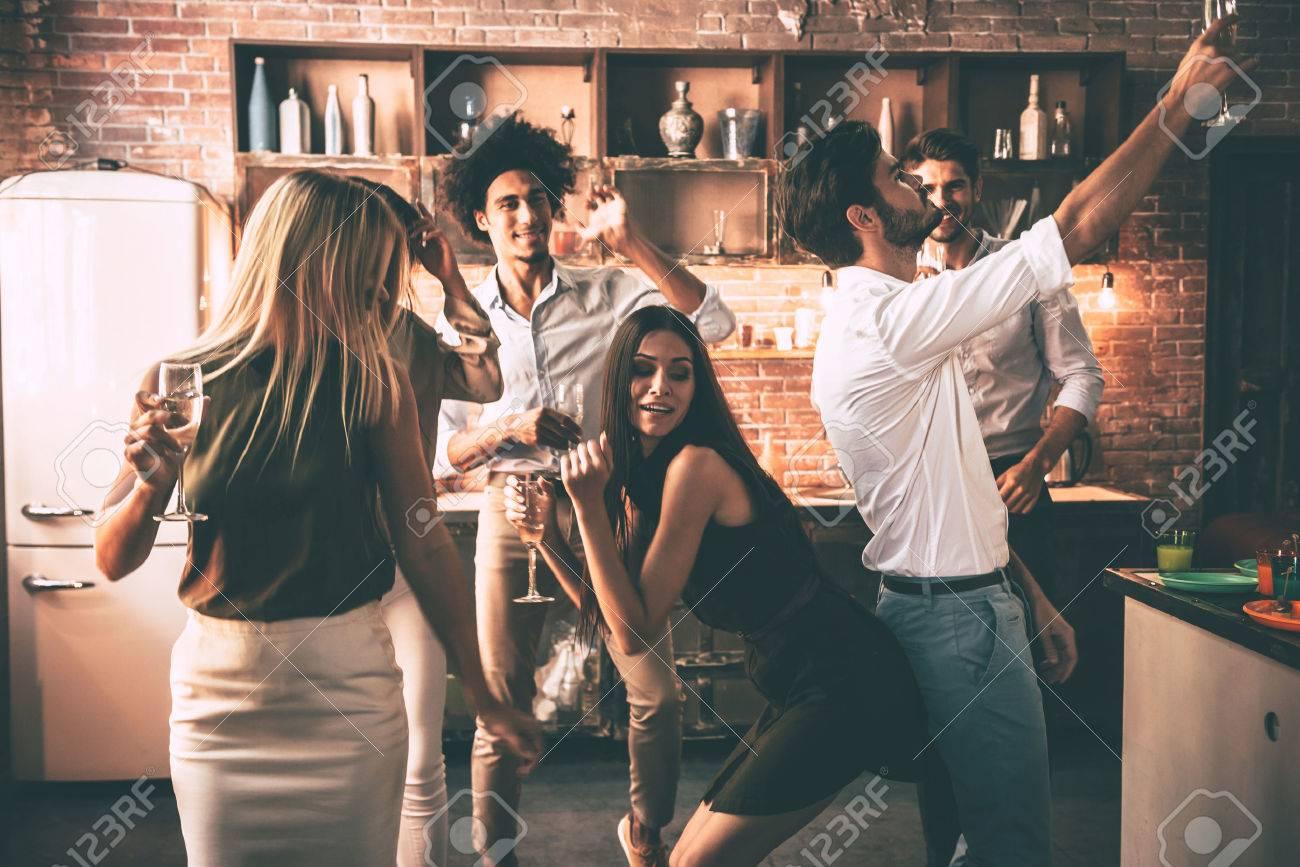 Hart Spielen. Fröhliche Junge Menschen Tanzen Und Zu Trinken ...