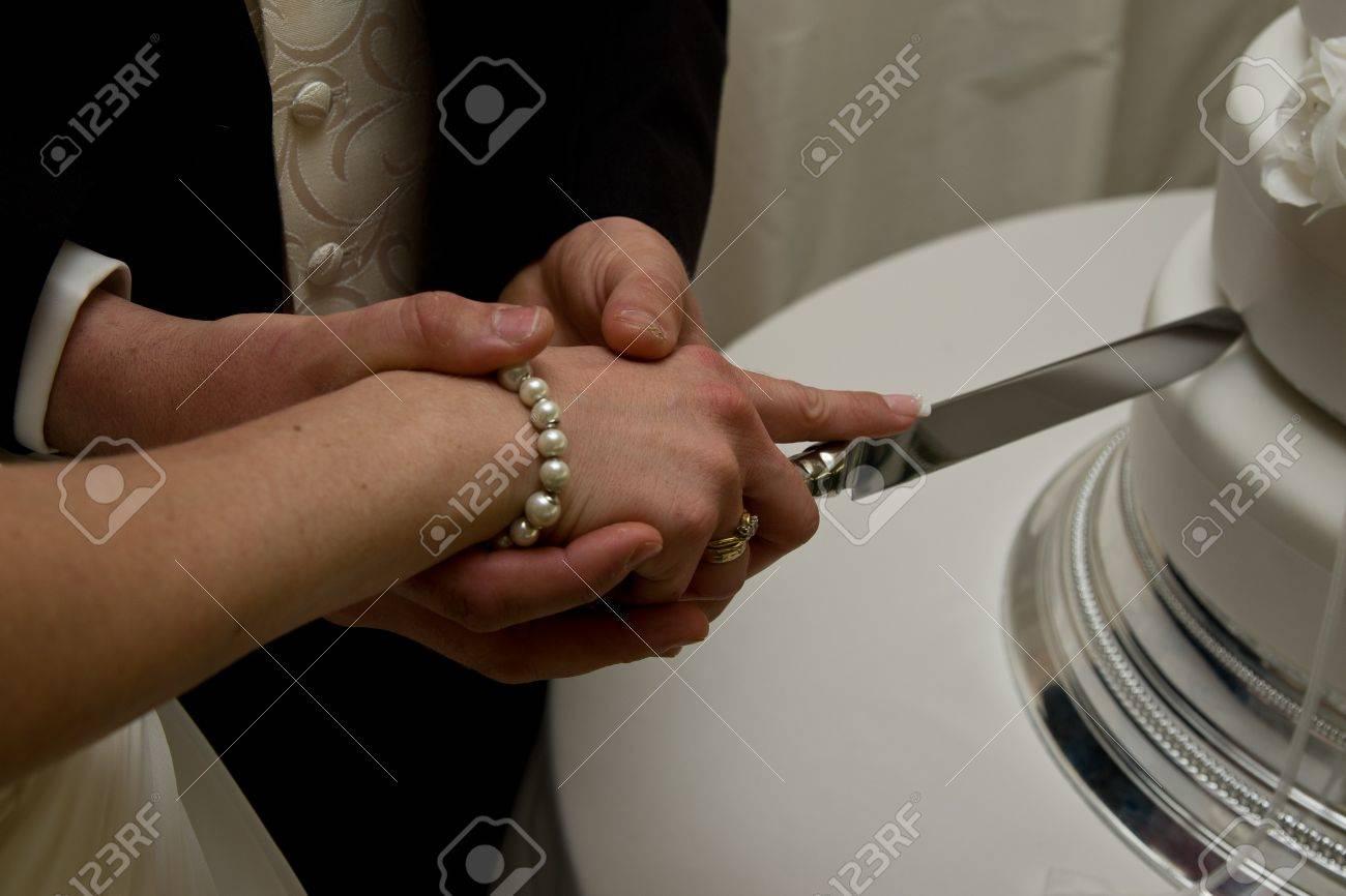 Just Married Couple Eine Weisse Hochzeitstorte Mit Einem Messer
