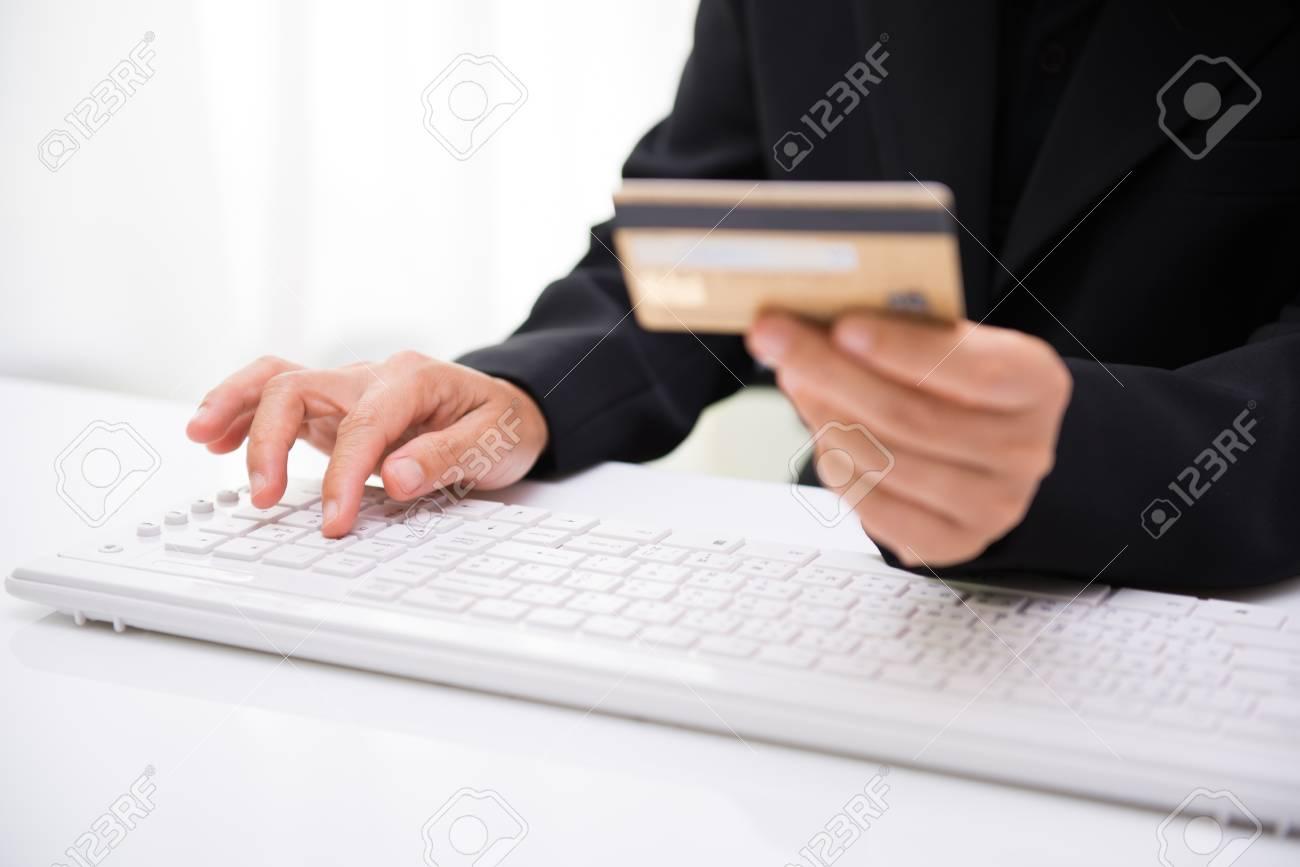 meet 133a0 7751a Le donne tengono le carte di credito per lo shopping online. L'acquisto di  Internet è popolare perché è conveniente, economico e sicuro.