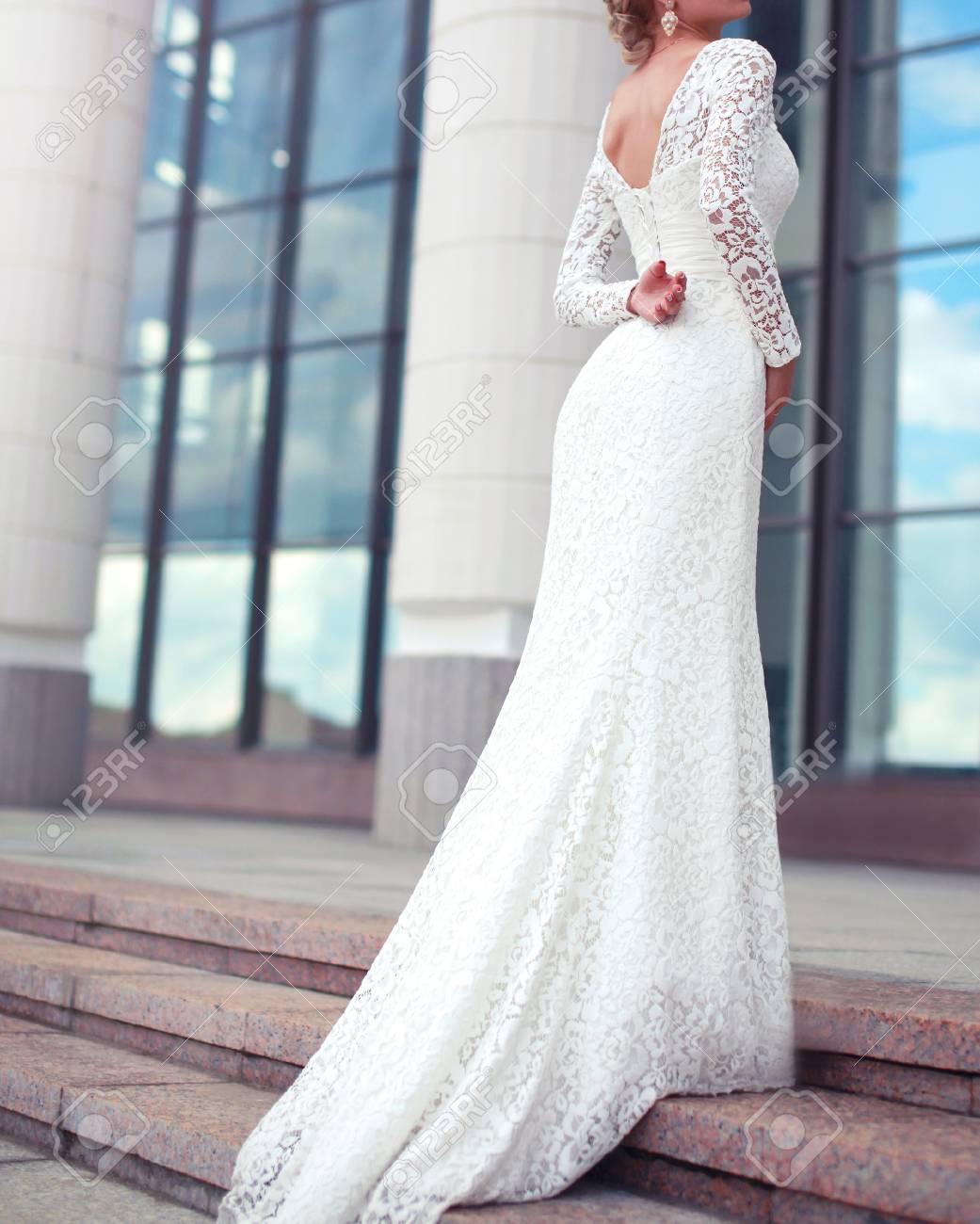 Femme élégante Mariée En Robe De Dentelle