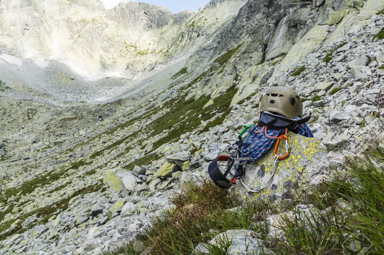 Klettergurt Mit Karabiner : Dynamisches seil helm karabiner klettergurt und unterlängen auf