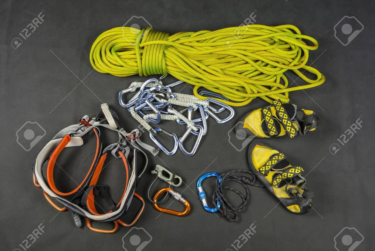 Kletterausrüstung : Kletterausrüstung ein klettergurt und seil neben den