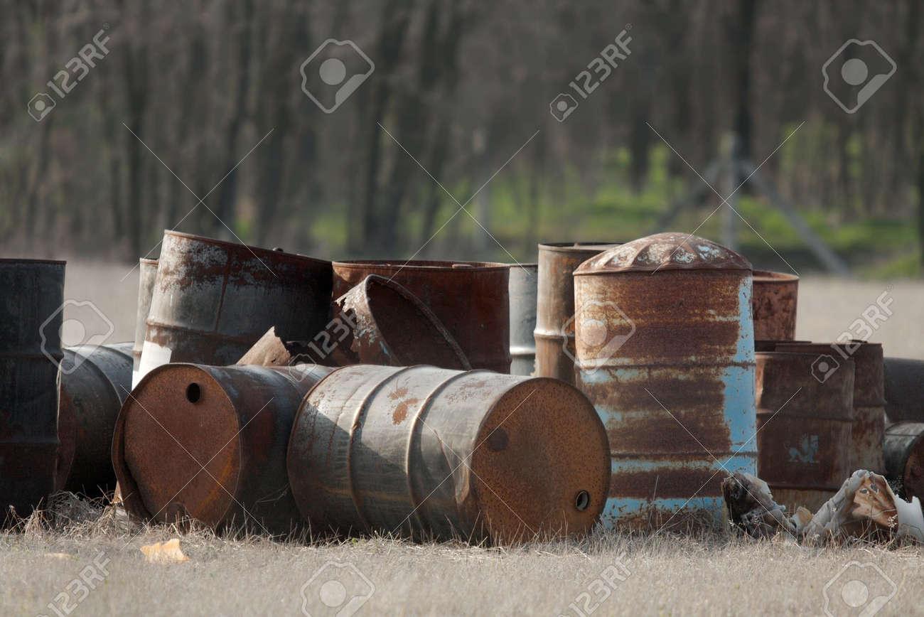 Entsorgt Leer Rostige Fasser Ol In Einem Bereich Lizenzfreie Fotos