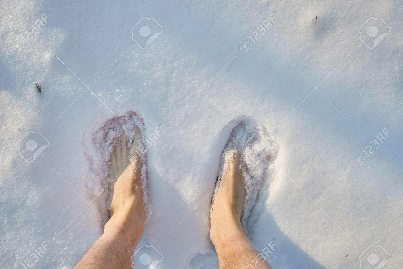 Barefoot in the snow - 133570637